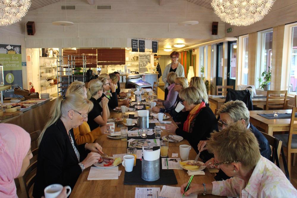 Birgit Båvner hälsar välkommen till frukostträffen.