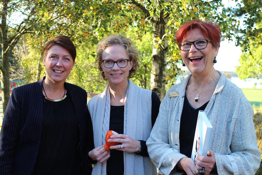 """SEBs representant, Karin Sundby, Ideando med sin uppfinning """"Miljötratt"""" och Birgit Båvner, Nyföretagarcentrum."""