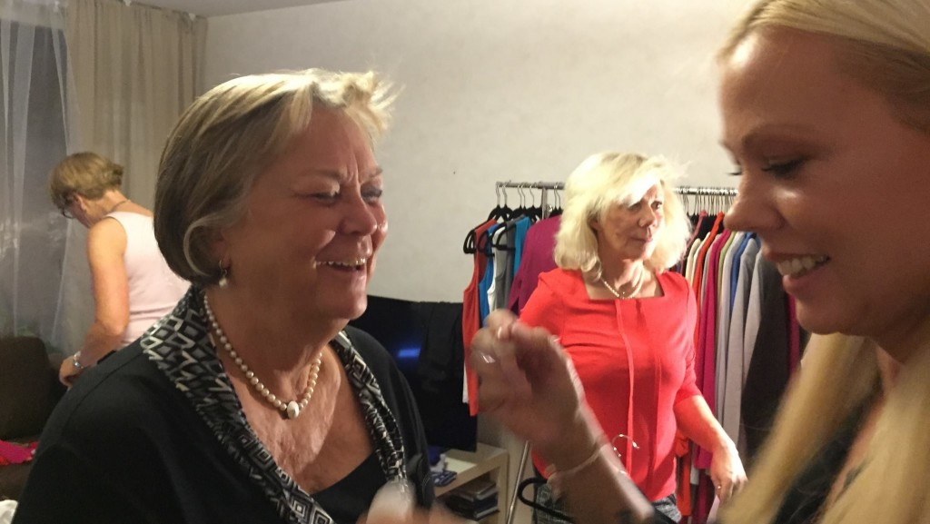 Här är det makeupartisten Therese som sminkar Bodil Olausson med det fantastiska märket Artistry. I bakgrunden i rött, kvällens klädvärdinna Helene Sigetty-Baker. Hon kunde verkligen sälja av de fina plaggen hon visade.